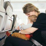 """10 trucchi per volare """"tranquilli"""" con un bambino piccolo"""