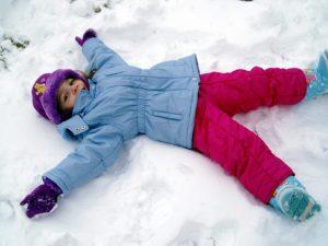 Bambina sulla neve delle Dolomiti