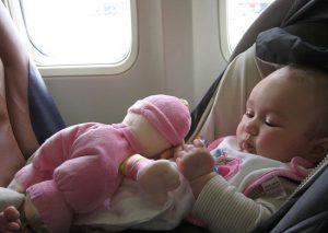 Bambina in seggiolino da viaggio