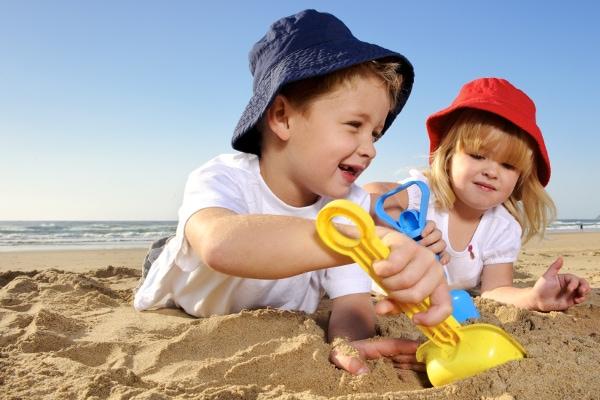 bambini spiaggia giochi