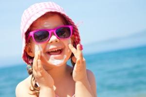 Proteggere i bambini dal sole: ecco come fare