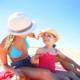 Come proteggere la pelle dei bambini dal sole: i consigli della pediatra.