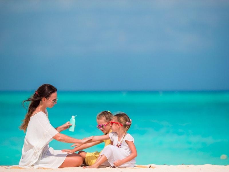 Consigli per proteggere dal sole la pelle dei bambini