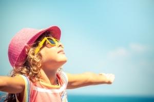 Benefici del sole sui bambini e come proteggerli dal caldo